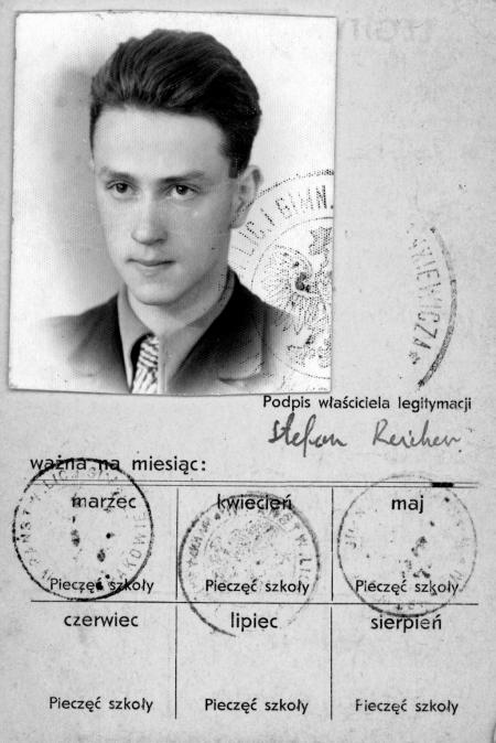 Document en noir et blanc avec une photo dans le coin supérieur gauche d'un jeune homme avec les cheveux coiffés vers l'arrière et portant un complet et une cravate. Le document est rédigé en polonais, a quatre étampes et une signature.
