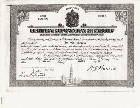 Photocopie en noir et blanc d'un document avec un bordure très décorée dans laquelle il y a des feuilles d'érable et une gravure du Parlement canadien dans le bas de la bordure. Le certificat a une écriture en italique et deux signatures.