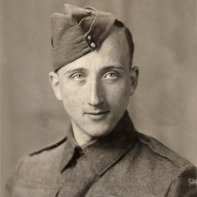 Portrait photographique en noir et blanc d'un homme habillé en uniforme militaire, pris à partir du torse.