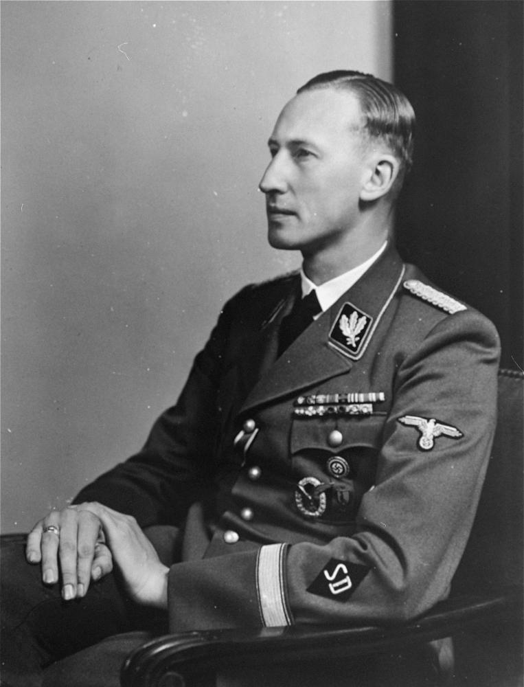 Portrait photographique en noir et blanc d'un homme regardant vers la gauche de la caméra, visible de la taille, portant un uniforme militaire.