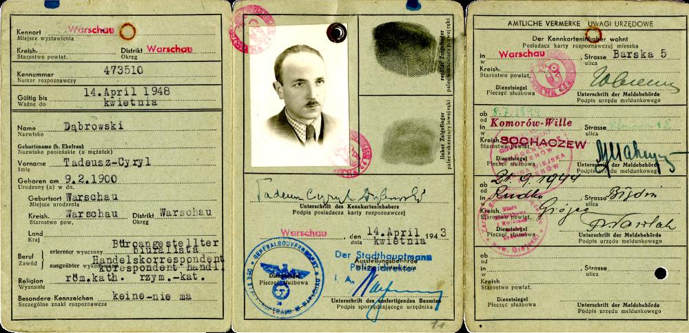 Copie d'une pièce d'identité dépliée, divisée en trois pages. Il y a des étampes rouges et bleues, des informations typographiées et manuscrites ainsi que deux empreintes digitales de couleur noire. Il y a une photo d'identité en noir et blanc d'un homme portant une moustache et un complet sur la page du centre.