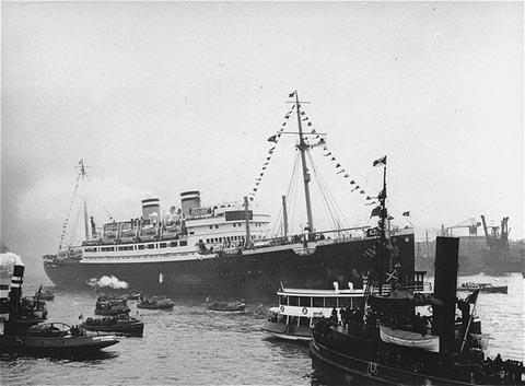 Photographie en noir et blanc d'un navire passager entouré de plus petits bateaux dans le port de La Havane.