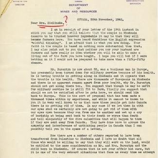 """Une page de couleur beige d'une lettre estampée de l'entête """"Canada Department of Mines and Resources"""". Les noms des personnes à qui s'adresse la lettre sont soulignés à l'encre rouge et il y a un point d'interrogation à la fin des noms. La lettre comprend trois paragraphes."""