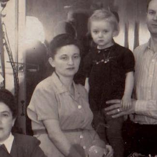 Photo en noir et blanc d'une femme assise avec un enfant derrière elle.