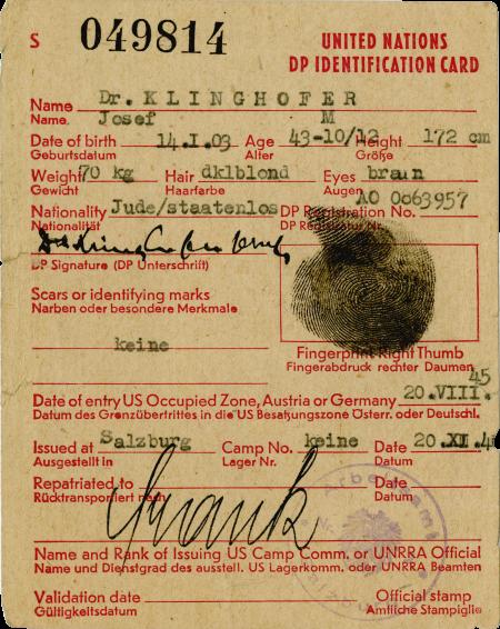 Copie d'une pièce d'identité jaunie. Il y a un texte typographié en rouge avec des signatures manuscrites, des étampes et des empreintes de couleur noire.