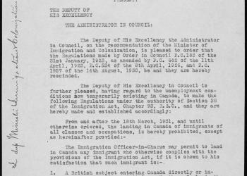 Une feuille blanche d'un document typographié sur lequel il y a du texte écrit à la main sur les marges de gauche et de haut de la première page et à la fin du document.