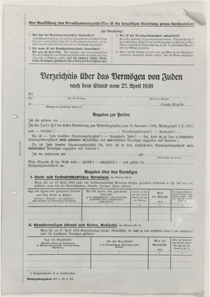 Un document rédigé en allemand intitulé: ''Formulaire d'inventaire de biens juifs''. Deux tableaux sont présents au bas de la première page.