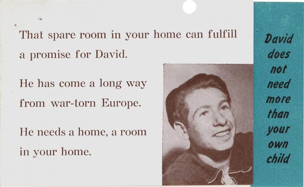 Copie d'une page d'une brochure avec six lignes d'un texte typographié, et une photo en noir et blanc d'un souriant jeune homme dans le coin inférieur droit. Une barre verticale bleue à l'extrême droite affiche plus de texte.