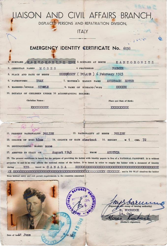 Copie d'un document d'identité vieux et jauni. Il y a du texte typographié et des signatures manuscrites,  des étampes ainsi qu'une photo d'identité en noir et blanc d'un jeune homme dans le coin inférieur gauche.