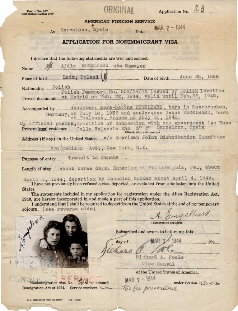 Copie d'un original, un document typographié d'une page avec une signature manuscrite au bas de la page, daté du 7 mars 1944. Une petite photo d'identité, sur laquelle il y a un femme et deux enfants, est attachée dans le coin inférieur gauche. Les bords de la page sont légèrement déchirés.