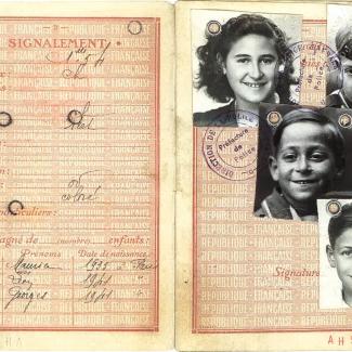 Deux pages d'un passeport en papier jaune avec une police d'écriture de couleur rouge et des noms manuscrits. Il y a quatre photos en noir et blanc de visages d'enfants sur la page de droite.